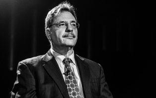"""""""Partidos devem encorajar a promoção de novas lideranças e ideias"""", diz Larry Diamond"""